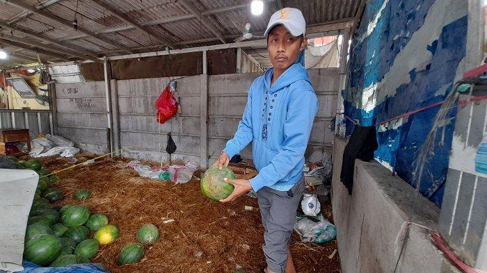 Jasmani pedagang buah semangka merugi lantaran dagangannya terendam air dan membusuk.
