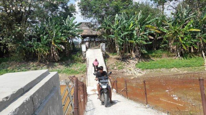 Tak Kunjung Diperbaiki, Warga Nekat Lintasi Jembatan Amblas di Carenang
