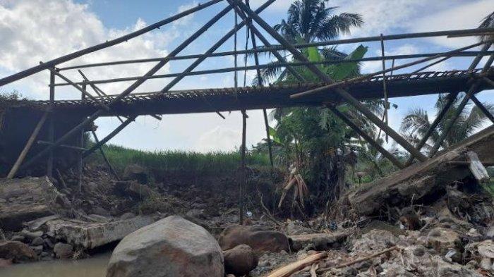 Jembatan sementara untuk warga Desa Kadubelang, Kecamatan Majasari, Kabupaten Pandeglang, Banten
