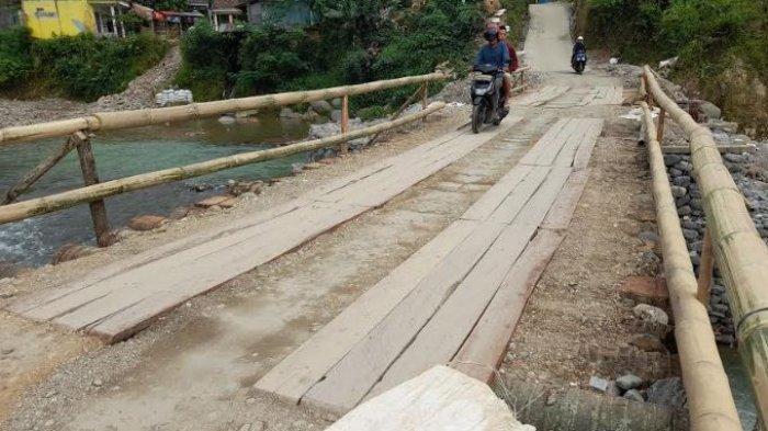 Kondisi jembatan yang sempat rusak akibat banjir bandang pada awal 2020 silamdi Desa Ciladeun, Kecamatan Lebakgedong, Kabupaten Lebak, Banten kini diperbaiki secara swadaya oleh warga menggunakan kayu