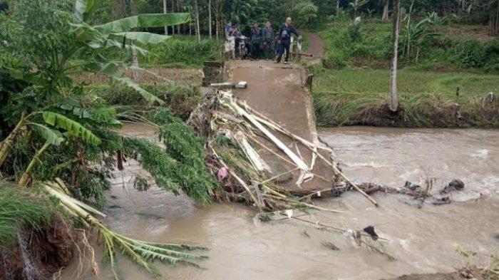 Jembatan Penghubung 2 Desa di Pandeglang Terputus, Warga Tak Bisa Jual Hasil Panen: Tolong Kami Pak