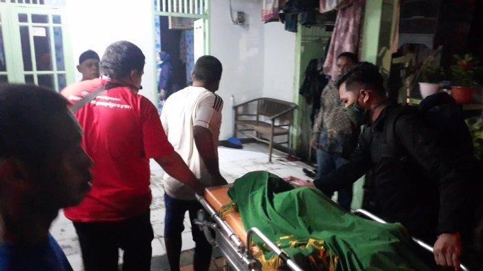 Tangis Ayah di Ciputat Pecah Peluk Jenazah Anaknya yang Tewas Hanyut di Selokan