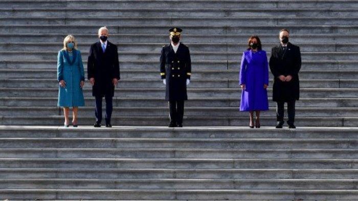 Presiden AS Joe Biden didampingi Ibu Negara AS Jill Biden serta Wakil Presiden Kamala Harris dan suaminya, Douglas Emhoff, saat mereka berdiri di tangga timur Capitol AS menyaksikan pasukan berbaris di Washington, DC pada Rabu (20/1/2021).