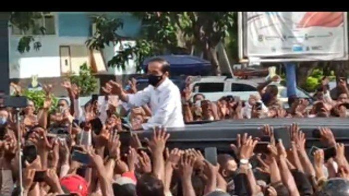 Jokowi di antara kerumunan warga di NTT