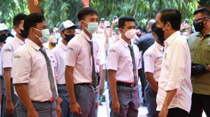 Diminta Jokowi Sebutkan Singkatan 3M, Siswa SMA di Kota Serang Dapat Sepeda