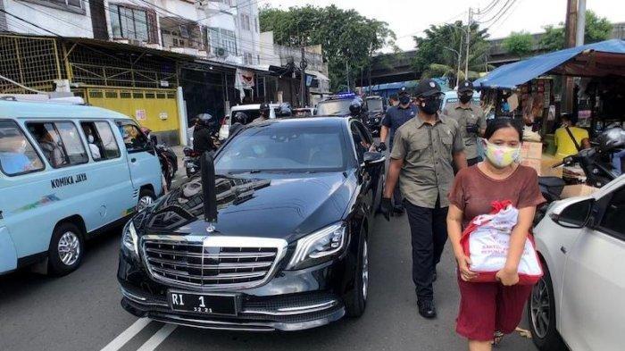 Menjelang Hari Raya Idul Ftri, Presiden Jokowi Turun ke Lapangan Bagi-bagi Sembako