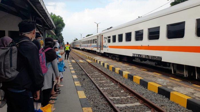 Calon penumpang sedang menunggu KA Merak-Rangkasbitung di Stasiun Serang