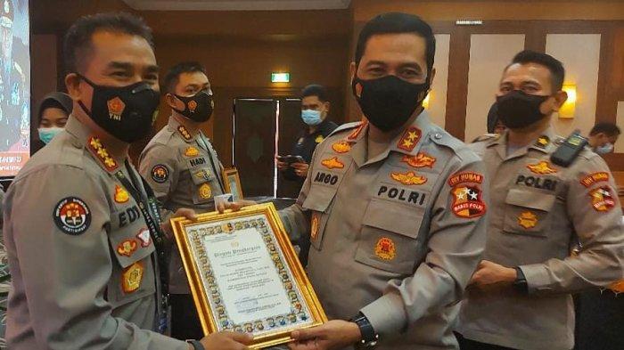 Kabid Humas Polda Banten Terima Penghargaan Kategori Publikasi dan Amplifikasi Berita Terbaik Ke-3