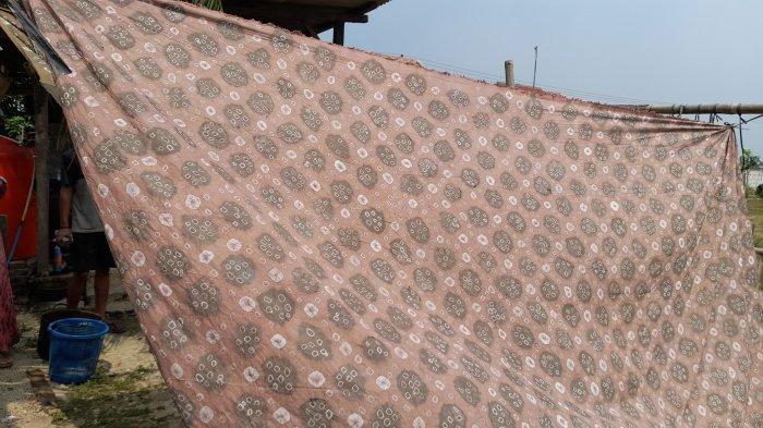 Produk kain batik buatan Ahmad Amirudin (28) di Kampung Cibiuk Langgar, Desa Sukamampir, Kecamatan Binuang, Kabupaten Serang, Sabtu (28/8/2021). Batik buatannya memanfaatkan pewarna alami.