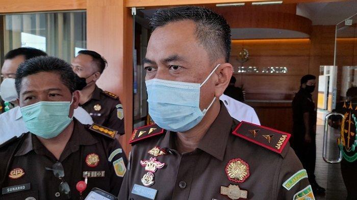Kepala Kejaksaan Tinggi Provinsi Banten Asep Mulyana menjelaskan ke wartawan tentang kasus korupsi pengadaan lahan UPTD Samsat Malingping, kantor Kejati Banten, Kota Serang, Kamis (22/4/2021).