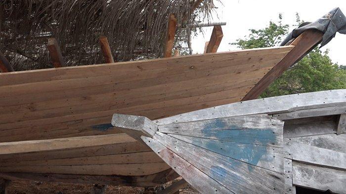 Pembuatan kapal pinisi dimulai badan atau lambung terlebih dahulu baru kerangka.