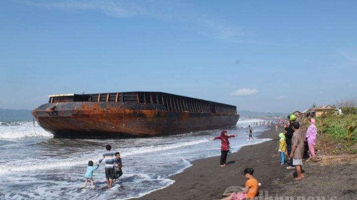 Kapal Tongkang Bermuatan Batu Bara Terbalik Setelah Dihantam Ombak di Lebak, Masih Proses Evakuasi
