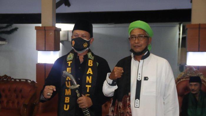 Kapolda Banten Irjen Pol Rudy Heriyanto Adi Nugroho usai dilantik sebagai Dewan Pembina Perguruan Pencak Silat Terumbu Banten berfoto bersama Ketua Umum Perguruan Pencak Silat Terumbu Banten Yadi Sufiyadi di rumah dinas Kapolda Banten, Kota Serang, Jumat (2/4/2021).