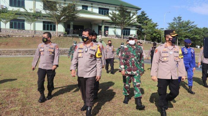 Kapolda Banten Irjen Pol Rudy Heriyanto Adi Nugroho meninjau helipad di Batalyon Mandala Yudha Kostrad, Ciuyah, Kecamatan Sajira, Kabupaten, Lebak, Kamis (8/4/2021).