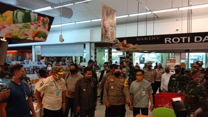 Polisi dan Personel TNI Ditempatkan di Setiap Titik Pusat Perbelanjaan di Kota Serang