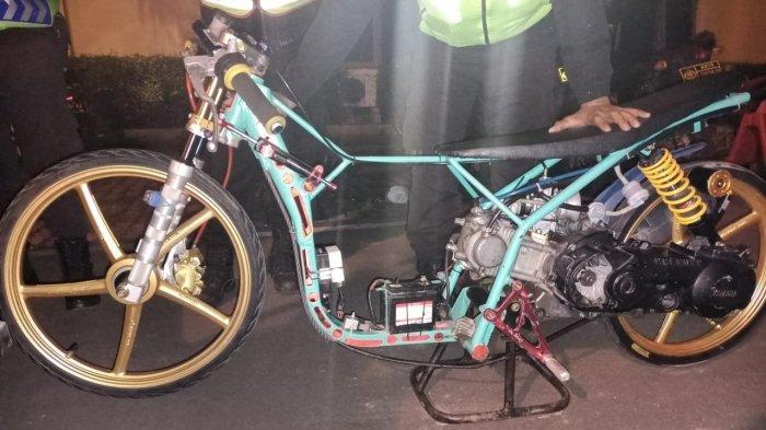 Barang bukti sepeda motor yang digunakan balap liar di Cilegon