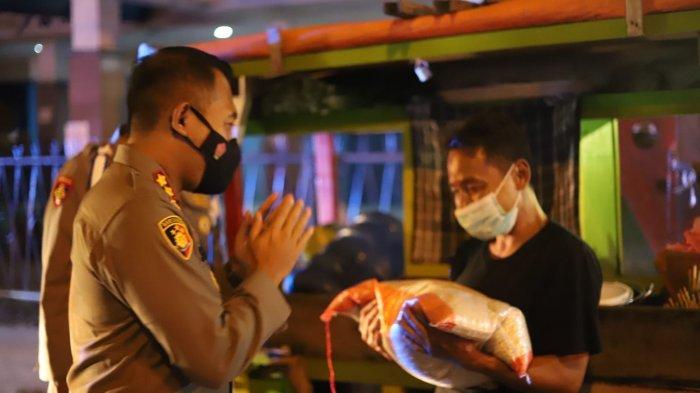 Ajak Pedagang Menaati PPKM Darurat Sekaligus Bagikan Beras 10 Kg, Kapolres Cilegon: Anda adalah Kami