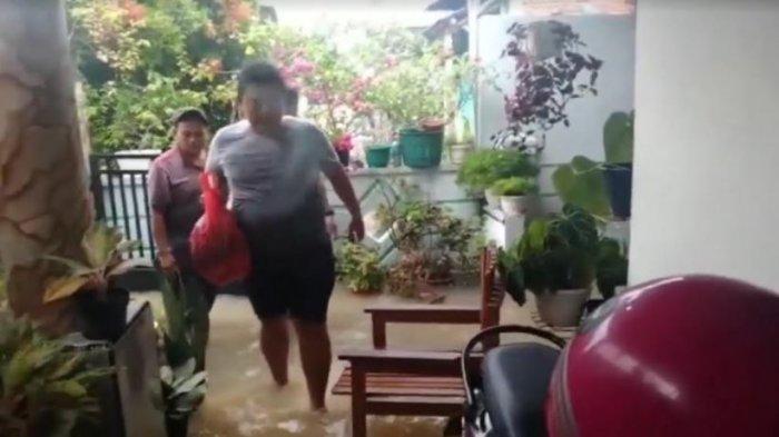 Pakai Kaos Oblong dan Celana Pendek, Kapolres Lebak Terjang Banjir Kirimkan Bantuan Untuk Warga