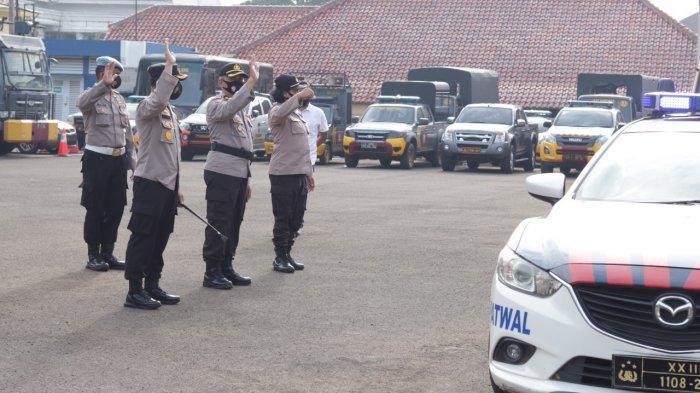 Kapolres Pandeglang AKBP Hamam Wahyudi melepas pengawalan pengambilan vaksin Covid-19 ke gudang Farmasi Banten, Sabtu (23/1/2021).