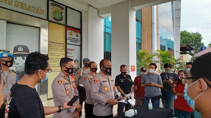 Kapolres Tangerang Selatan AKPB Iman Setiawan (tengah) memberikan keterangan tentang kasus kebakaran di Legok yang menewaskan satu keluarga, di Mapolres Tangsel, Serpong, Tangsel, Banten, Jum'at (23/10/2020).
