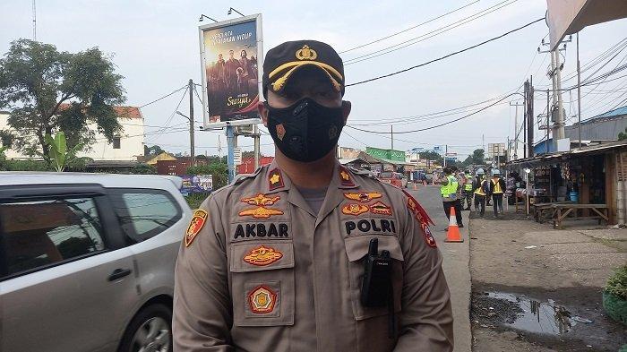 Kapolsek Pulomerak, Kompol Akbar Baskoro melakukan pemantauan operasi penyekatan larangan mudik 2021 Cilegon di Pertigaan Gerem, Kota Cilegon, Jumat (7/5/2021).