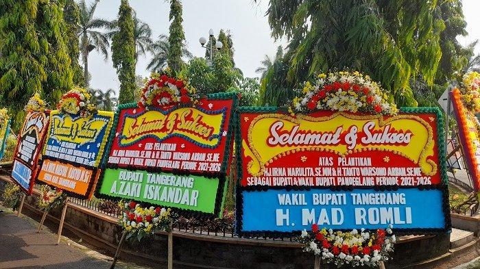Karangan bunga ucapan selamat atas dilantikanya Irna Narulita dan Tanto Warsono Arban sebagai Bupati dan Wakil Bupati Pandeglang periode 2021-2026, di depan Pendopo Bupati Pandeglan, Jalan Mayor Widagdo, Desa Pandeglang, Kecamatan Pandeglang, Kabupaten Pandeglang, Senin (26/4/2021).