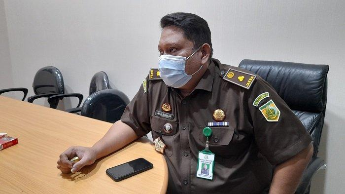 Kasi Penerangan dan Hukum Kejati Banten Ivan Hebron Siahaan di ruang kerjanya di Kejati Banten, Kota Serang, Senin (31/5/2021).
