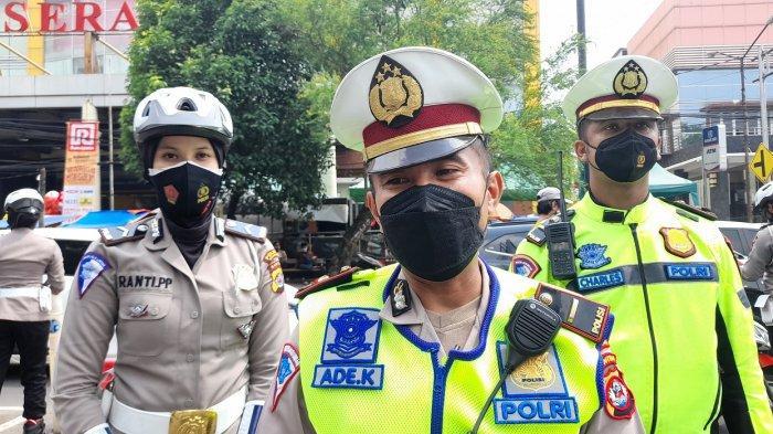 Kaur Bin Ops (KBO) Satlantas Polres Serang Kota, Ade Komarudin, di sela berpatroli di Alun-alun Kota Serang, Sabtu (25/9/2021).
