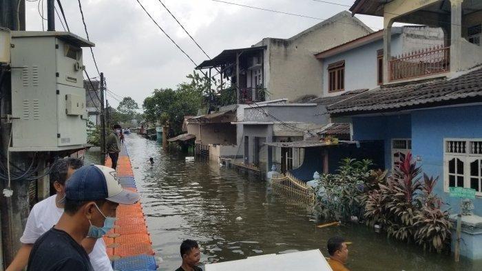 4 Hari Banjir di Periuk Tangerang Belum Surut, Warga: Kok Begini Ya! Airnya Jadi Panas Kena Matahari