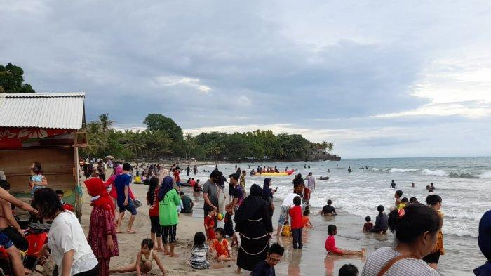 Kawasan wisata Anyer, Banten, pada Minggu (3/1/2021) ini, terpantau ramai.