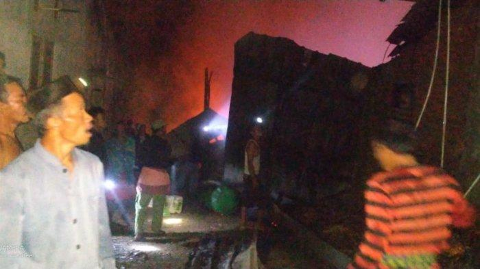 Sebuah pabrik pengolahan kelapa sawit di Kampung Cangkeuteuk, Desa Kapunduhan, Kecamatan Cijaku, Kabupaten Lebak, terbakar pada Selasa (23/3/2021) dini hari.