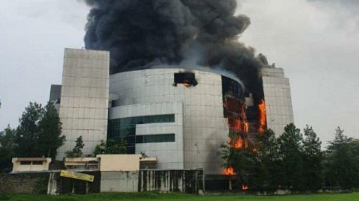 Kapolsek Pagedangan Cedera Tertimpa Reruntuhan Gereja yang Terbakar