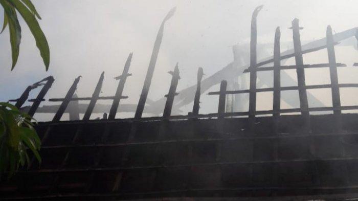 Sebuah rumah di Kampung Kebon Kopi RT 002/003, Desa Parung Sari, Kecamatan Sajira, Kabupaten Lebak, Banten hangus terbakar pada Jumat (16/4/2021) pukul 10.00 WIB.