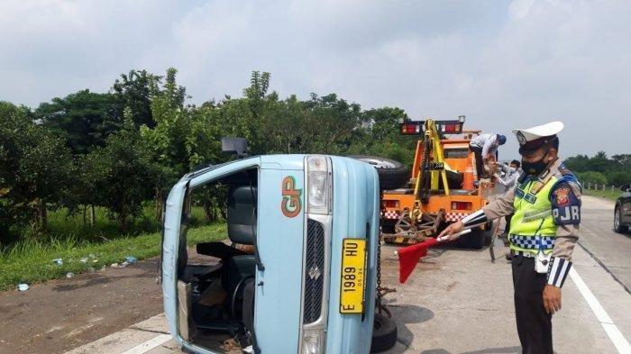 Ban Belakang Kiri Pecah di Tol, Angkot Berisi 10 Penumpang Hilang Kendali dan Terguling