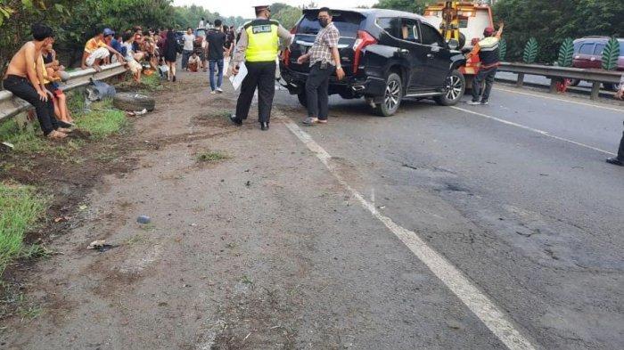 Menyalip dari Bahu Jalan, Pengendara Pajero Tabrak Mobil Lalu Terguling, 3 Bocah Luka Berat
