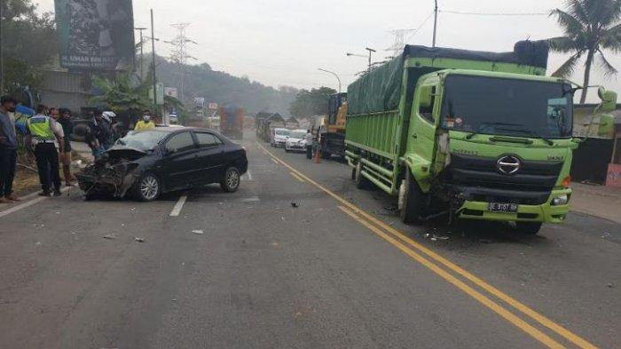 Melaju Kencang di Jalan Raya Merak, Remaja 16 Tahun Kendarai Mobil Menabrak Truk Tronton