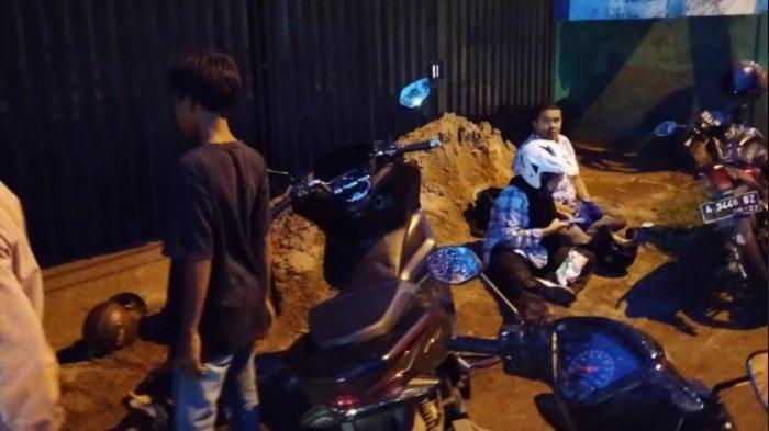 40 Pengendara Motor Terjatuh di Jalan Cilegon-Serang Akibat Jalan Licin Depenuhi Tanah Liat