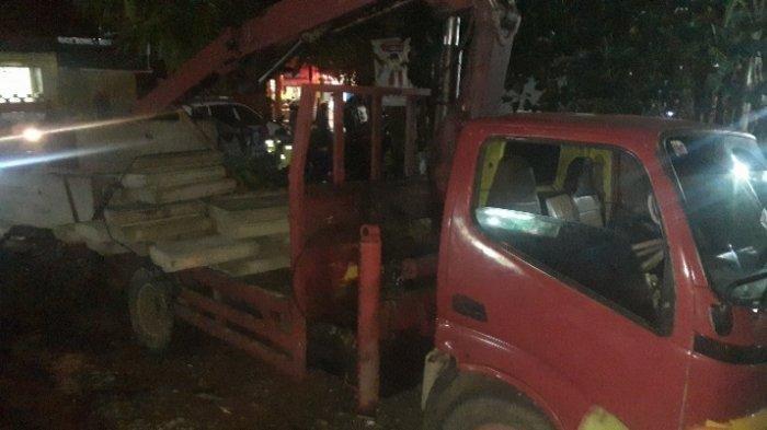 Diduga Tak Kuat Tanjak Jalan Layang Tol, Truk Bermuatan Beton Tabrak 2 Warung di Ciputat