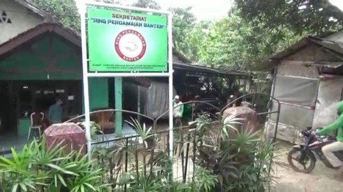 Kediaman mantan teroris Zaenal Mutakin (40) sekaligus kantor Sekretariat Ring Perdamaian Banten di Kampung Babakan Baru, RT 003/005, Desa Sindanghayu, Kecamatan Saketi, Kabupaten Pandeglang, Banten, Sabtu (3/4/2021).