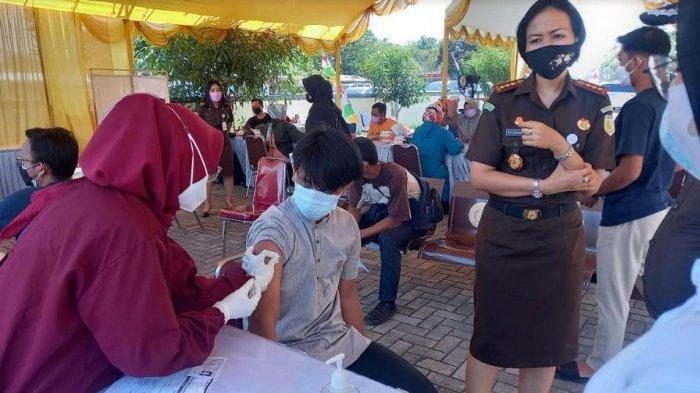 Kejari Cilegon Lakukan Vaksinasi Kedua kepad 1.305 Warga, Kajati: Lebih Banyak dari Kejati Banten