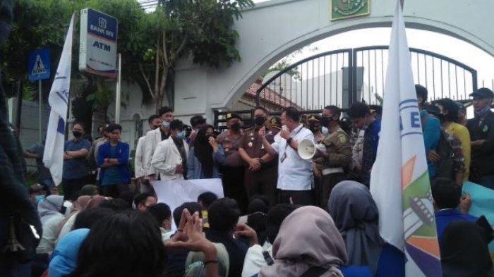 Gabungan Mahasiswa di Banten melakukan aksi demo di depan Kejaksaan Tinggi Banten, Rabu (2/6/2021)