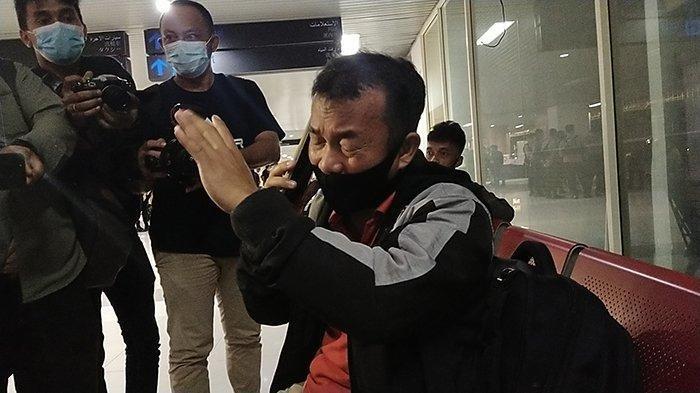 Satu di antara Keluarga Penumpang pesawat Sriwijaya Air yang dinyatakan hilang kontak, Sabtu 9 Januari 2021.