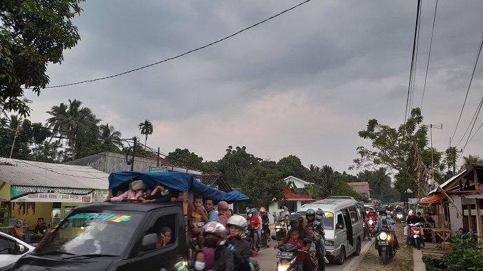 Kemacetan panjang kendaraan terjadi di Jalan Raya Caringin hingga pertigaan Pasar Labuan, Kabupaten Pandeglang, Banten pada Sabtu (15/5/2021) petang, bersamaan warga yang baru selesai berwisata di Pantai Carita.