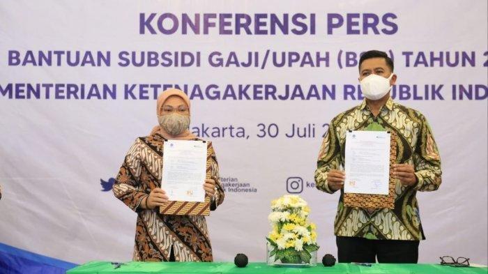 Kementerian Ketenagakerjaan menerima data calon penerima bantuan pemerintah berupa subsidi gaji/upah (BSU) bagi pekerja/buruh dari BPJS Ketenagakerjaan di Jakarta, Jumat (30/7/2021).