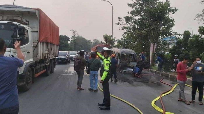 Muncul Api di Bawah Jok Sopir, Minibus Terbakar di Persimpangan Pintu Tol Serang Timur