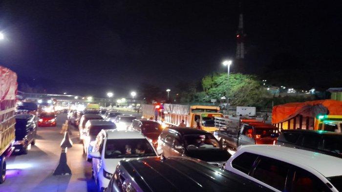 Antrean dan kepadatan kendaraan yang akan memasuki kapal di Pelabuhan Merak, Cilegon, Banten, bersamaan masa libur panjang pada Selasa (27/10/2020) malam.