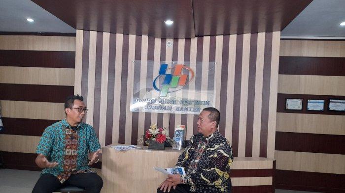 Pemred TribunBanten.com Yulis Sulistiawan (kiri) mewawancarai Kepala BPS Banten Adhi Wiriawan di lobi kantor BPS Banten, Jumat (5/2/2021).