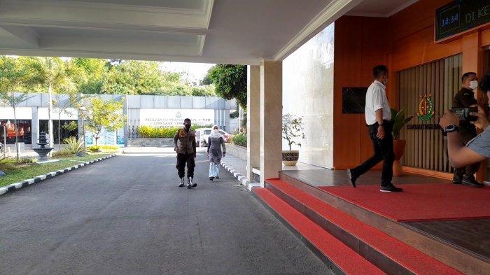 BREAKING NEWS: Kepala Dinkes Banten Ati Pramudji Hastuti Mendatangi Kejati Dikawal Pamdal, Ada Apa?