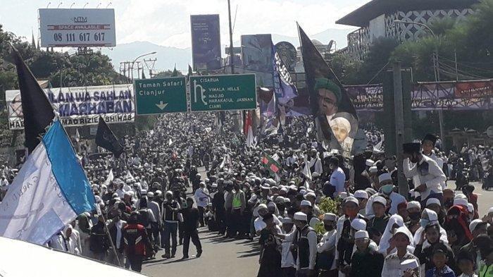 Kerumunan massa di Simpang Gadog, Bogor, yang akan menyambut kedatangan Habib Rizieq Shihab, Jumat (13/11/2020).
