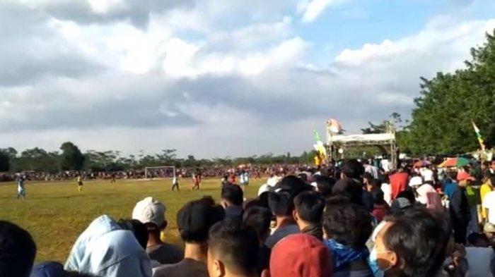Kerumunan penonton sepak bola antar-kampung atau tarkam di Walantaka, Kota Serang, Banten, Rabu (2/12/2020).